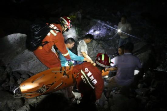 银川一男子野外游玩坠崖 消防官兵4小时成功营救