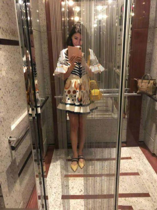 李嘉欣电梯间自拍配文:不知道还有人记得M吗?