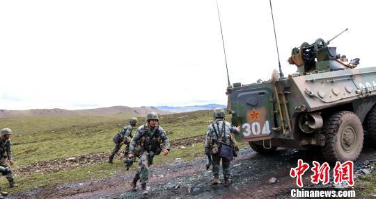 西藏军区边防某团开展装甲步兵实弹演练