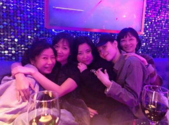 徐静蕾晒与宋佳等友人合照 二十年闺蜜情谊不减当年