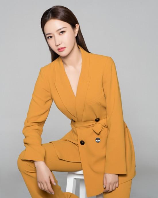 韩雨芹时尚OL写真 酷帅有型