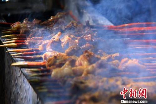 弱女子?大胃王!土耳其女子23分钟吃255串羊肉串