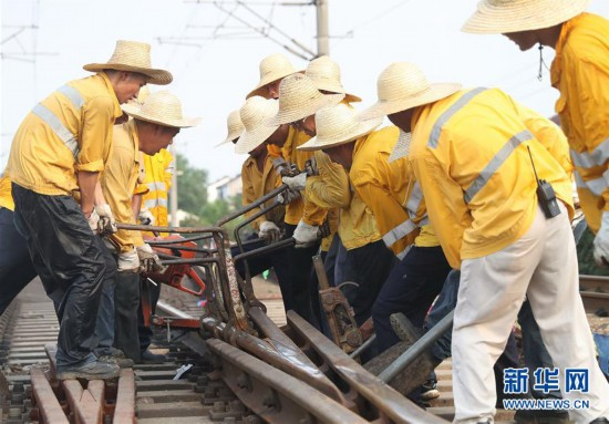 (社会)(1)上海铁路:高温中的坚守