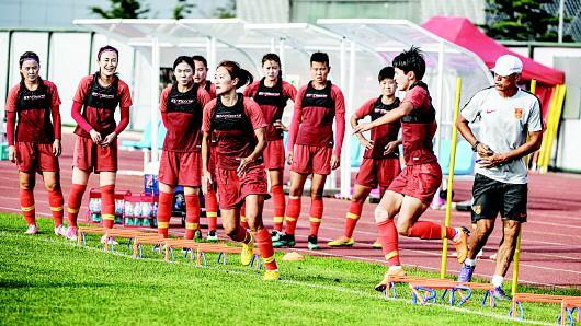 8月6日,在大连集训备战雅加达亚运会的中国女足国家队举行公开训练。□新华社发