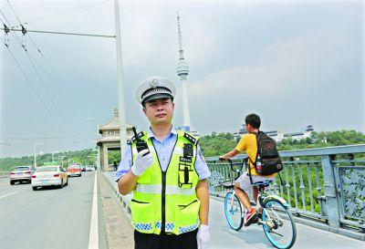 长江大桥上的交通指挥者战高温保畅通