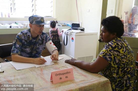 """""""真没想到,中国军医从天而降!""""――中国海军和平方舟医院船医疗分队赴斐济瓦图莱莱岛义诊记"""