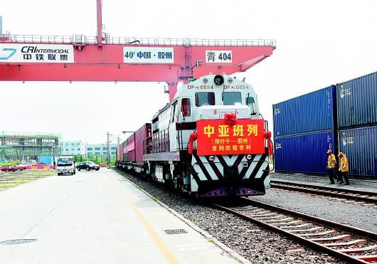 8月8日上午,首列中亚(塔什干―胶州)回程班列抵达上合示范区青岛多式联运中心。