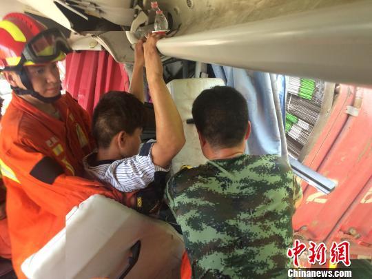 """安徽境内高速发生事故""""空中120""""省内首次悬停绞车救援"""