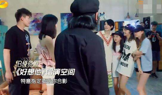 妈妈帮着去追星 王菲带小女儿李嫣找娄艺潇合影