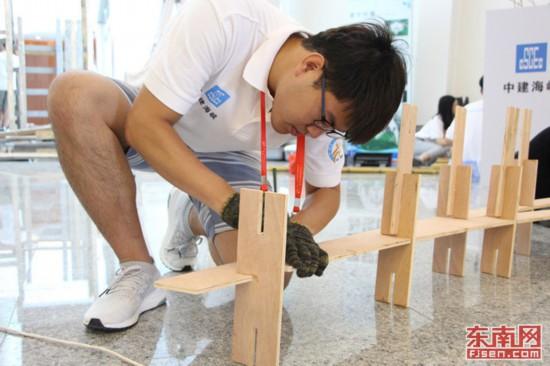 台湾科技大学的青年学子们一丝不苟的在做搭建准备 东南网记者林峰峰 摄.jpg