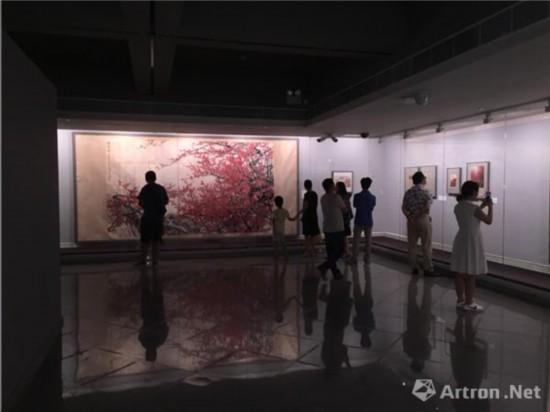 """""""大地回春:关山月梅花专题展""""现场"""