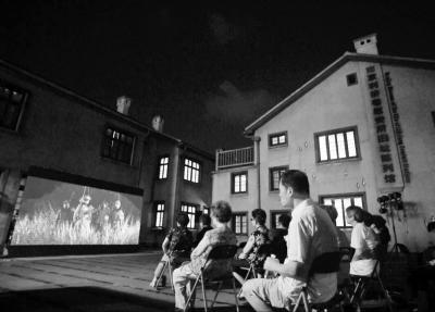影片《大寒》在南京慰安所旧址陈列馆露天放映