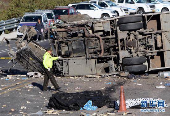 (国际)(1)哥伦比亚长途巴士在厄瓜多尔发生车祸致40余人伤亡