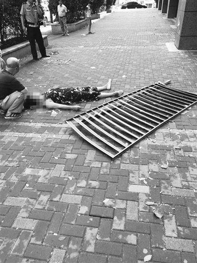 南京雨花台大风刮落高楼塑料百叶窗 砸倒路人