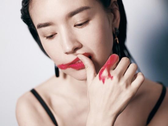 董洁魅惑丹唇,时尚而打破常规!