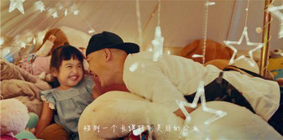 《爸爸6》包贝尔携女饺子亮相 父女情甜蜜感人