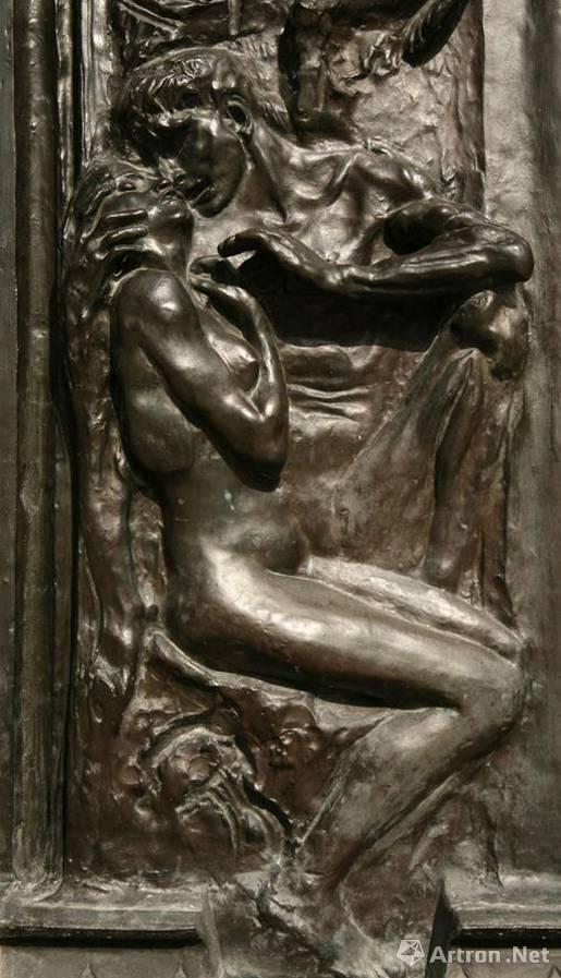 罗丹一开始决定他计划在左边的门中间以浮雕的形式雕刻出这对恋人禁忌的爱