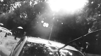 南京女子开车时3米长树枝穿破玻璃 插进驾驶室