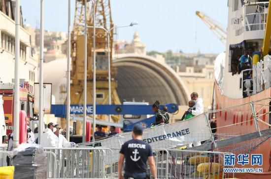 """(国际)(1)民间救援船""""阿奎里厄斯""""号在马耳他泊岸"""