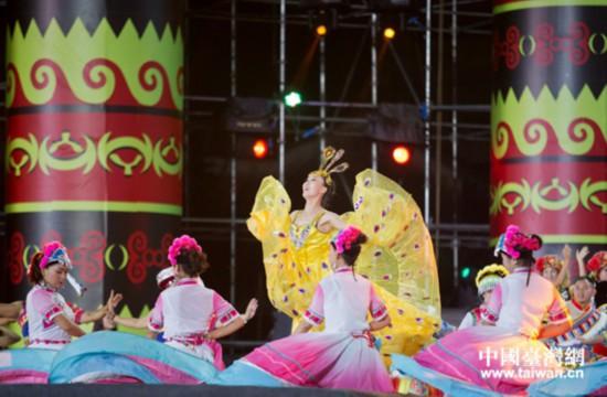 两岸同胞齐举火把狂欢载歌载舞同庆民族佳节
