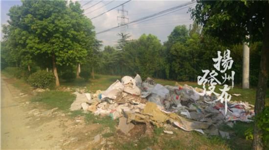 夜间偷倒太嚣张!扬州沿山河岸绿地现大堆建筑垃圾