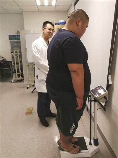 448斤胖墩来南京就医1个月瘦85斤 切掉4/5的胃