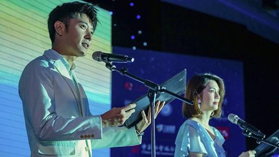 """张丹峰洪欣夫妇登台""""幸福列车""""夜读会为爱发声"""
