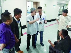 怕弄脏医院候诊椅 连云港受伤民工忍痛不肯坐