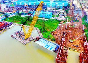 淮安西安路京杭运河大桥首件钢桁梁吊装成功