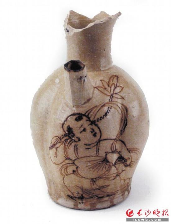 望城铜官长沙窑出土的执莲童子壶。