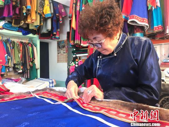 """甘肃肃北牧民""""改良""""蒙古族服饰工艺传承民族文化"""