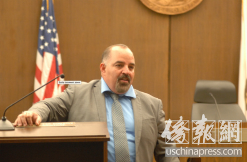 2018年橙县检察院暑期高中生司法实习的最后一天,项目执行人侯塞在模拟法庭开庭前,提醒学生们一些注意事项。(美国《侨报》/章宁 摄)