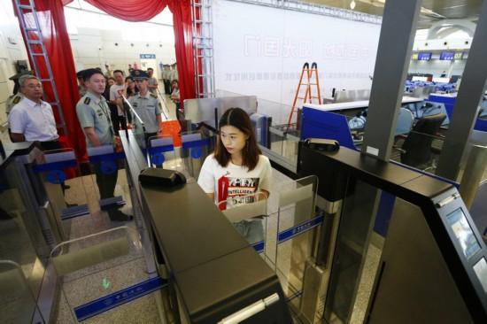 07宁夏籍旅客韩荣成为第一位通过自助查验通道的旅客.JPG