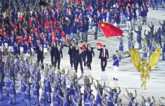 第十八届亚运会雅加达开幕 苏州旗手帅气领队