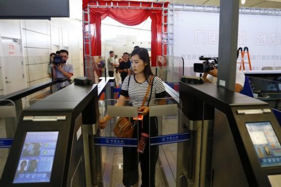 10旅客正在通过自助查验通道.JPG