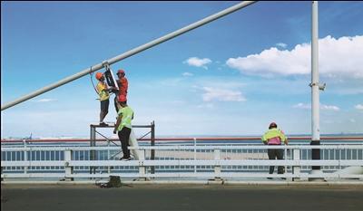 苏通大桥受台风影响脱落的斜拉索阻尼器已恢复