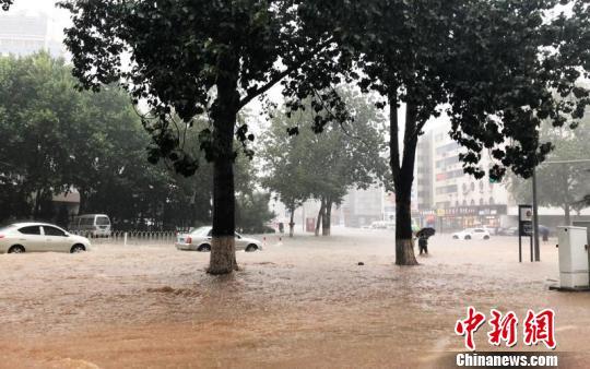 大连遭暴雨袭击内涝严重超百个航班延误或取消