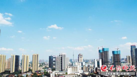 从中央到地方,房地产调控政策叠加之下,对房价起到了良好的控制作用。 长沙晚报记者 孙占锋 摄