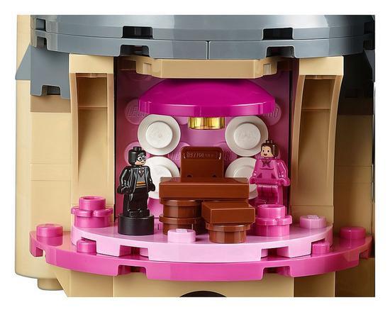 逼真还原《哈利波特与凤凰社》乌姆利奇标志性的粉红色办公室