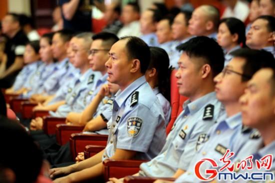 用生命守护平安 杨雪峰先进事迹报告会反响强烈