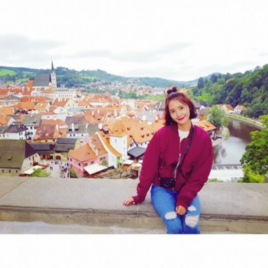 少女时代允儿公开休假日常 悠游欧洲小镇素颜出镜随性自然