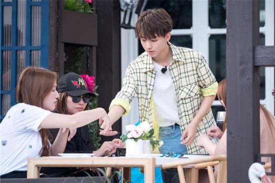 《中餐厅2》王俊凯变身前台服务生