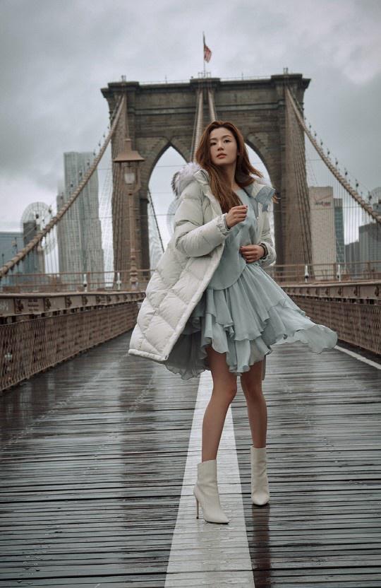 """全智賢拍畫報晒""""兩米""""長腿 時尚寫真拍出電影效果高級感十足【組圖】"""