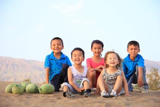 暖闻:一群青年让沙漠变蜜洲