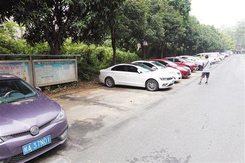 南宁:72个非法停车泊位被清 民主路北四里重设
