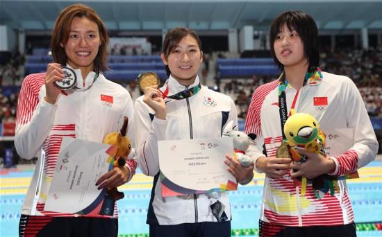 (亚运会・领奖台)(2)游泳――女子50米自由泳颁奖仪式举行