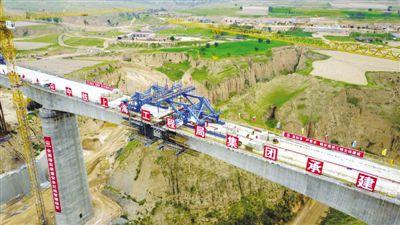 <p>  8月25日,马坊沟特大桥连续梁顺利合龙,标志着银西高铁宁夏段建设开始转入架梁以及桥梁上部铺设道砟、轨道等施工阶段。                   新华社记者 郭绪雷 摄</p>