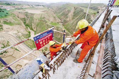 <p>  8月25日,在银西高铁马坊沟特大桥施工现场,施工人员在进行特大桥连续梁合龙施工。 新华社记者 姜克红 摄</p>