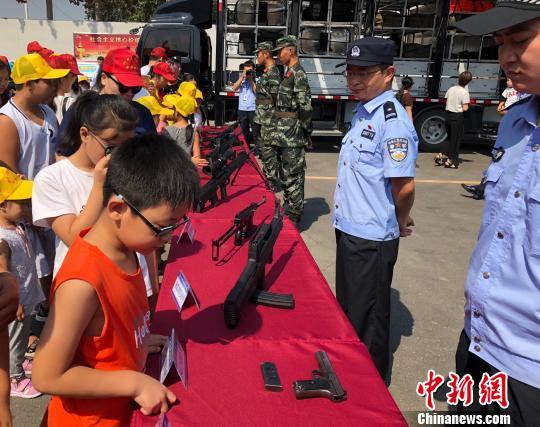 """河北永清警方开展警营开放日暑期学生直呼""""过瘾"""""""
