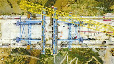 <p>  8月25日,无人机拍摄的银西高铁马坊沟特大桥连续梁合龙现场。 新华社记者 郭绪雷 摄</p>
